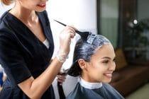kapper verft het haar van klant en geeft tips voor het langer mooi houden van geverfd haar