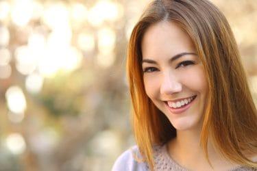 jonge vrouw met een mooi verzorgde huid in de herfst.