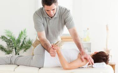 Massagetherapeut voert mobilisatie en stretching technieken uit.
